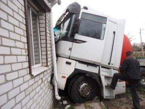 Фото: На Полтавщині вантажівка врізалась у житловий будинок