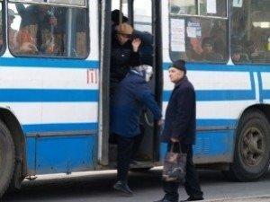 Фото: У Полтаві з тролейбуса випала 80-річна жінка