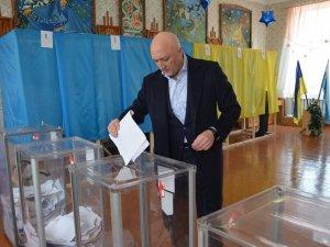 Фото: Очільник Полтавщини у соцмережі похвалився, що прийшов голосувати з родиною