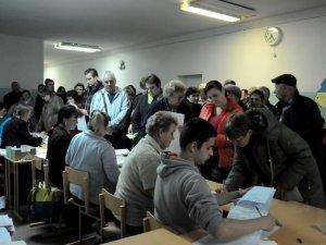 На дільницях у Полтаві півторагодинні черги (ФОТО)