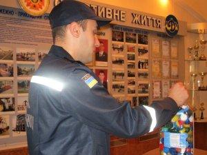 Фото: Полтавські рятувальники назбирали п'ятилітрову ємність пластикових кришок на протези бійцям АТО