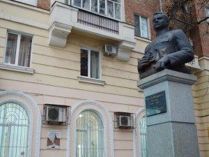 Фото: У Полтаві розтрощили пам'ятну дошку генералу Ватутіну