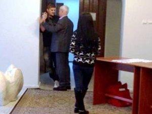 Начальник управління звернень громадян Полтавського міськвиконкому накинувся на журналіста (відео)
