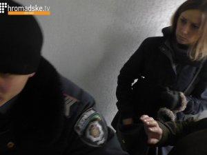 Полтавський поліцейський накинувся на журналіста, намагаючись вибити з рук відеокамеру (відео)
