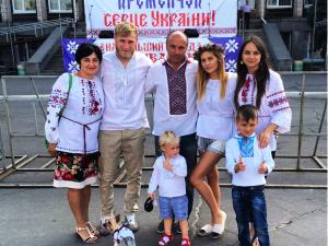 Фото: Відомий футболіст з Кременчука залучив свого сина до «п'яних пенальті» (відео)