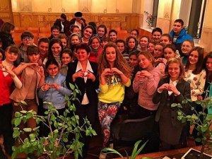 Фото: Учасниця шоу «Холостяк» Яна Соломко влаштувала у Чутовому зустріч з шанувальниками