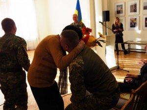 Відзнаки, спогади та сльози – у Полтаві волонтерів та військових привітали з Днем ЗСУ