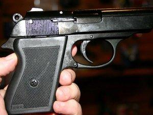 Фото: У Полтаві під час затримання порушників в кафе поліцейські вилучили пістолет