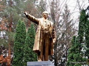 Фото: У Гребінці  демонтують пам'ятник Леніна, якого руйнували й відновлювали