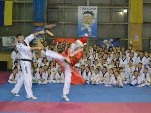 Фото: Дід Мороз - тхеквондист, або ж Як полтавські спортсмени святкували напередодні Нового Року