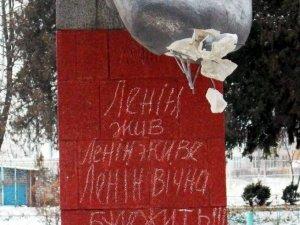 У полтавському селі звалили Леніна – дідусь влаштував штовханину (відео)