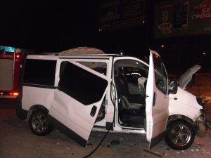 Фото: ДТП у Полтаві: рятувальники діставали людей з понівеченого автобуса