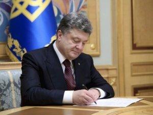 Фото: Порошенко підписав урядовий закон щодо оптимізації соцвидатків