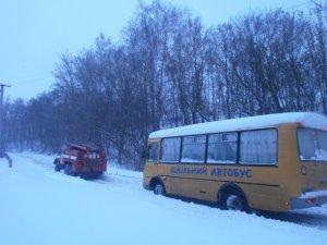 Фото: На Полтавщині у сніговому заметі застряг автобус зі школярами
