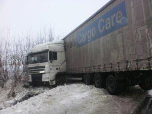 Фото: На Полтавщині негода «загнала» вантажівку у кювет