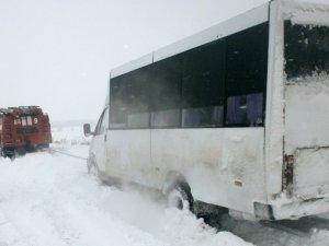 Фото: На Полтавщині рятувальники витягнули із замету мікроавтобус