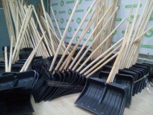 Фото: На боротьбу зі снігом «Нова Полтава» віддала 200 лопат