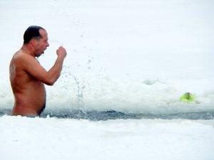 Фото: Мер у крижаній воді – у Полтаві відзначають Хрещення (фото)
