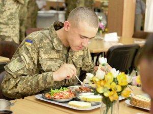 Фото: Українських військових пообіцяли годувати за новими стандартами