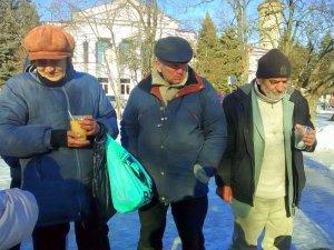 Фото: На площі перед Південним вокзалом Полтави віряни щодня годують безхатченків