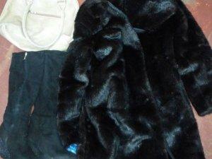 Фото: Одружений полтавець привів додому жінок, які винесли з його оселі речі дружини