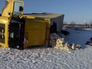 Фото: У Новосанжарському районі перекинулась «поштова» вантажівка (фото)