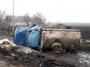 Фото: Під Полтавою перевернулась вантажівка з цистерною пального (ФОТО)