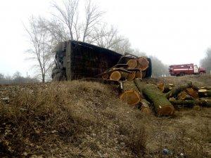 Фото: ДТП на Полтавщині: рятувальники діставали водія з понівеченої вантажівки (ФОТО)
