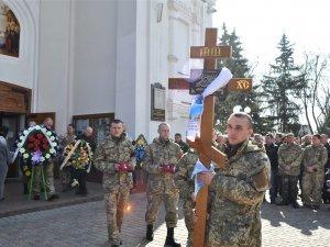 Фото: «Він переправив прізвище – і віддав свою медаль іншому солдату»: у Полтаві попрощалися із загиблим бійцем