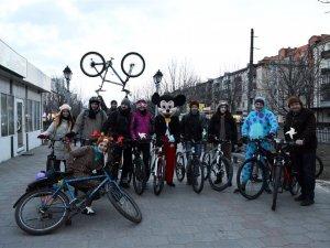Фото: Ведмеді, миші та монстри на велосипедах привертали увагу полтавців до Години Землі