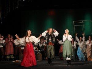 Фото: Кіровоградська циганка Аза підкорила полтавських шанувальників театру