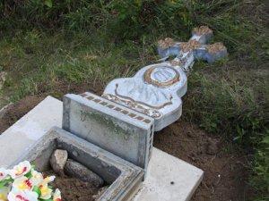 Фото: У Миргородському районі хлопці 8-ми і 9-ти років пошкодили на кладовищі більше 10 пам'ятників