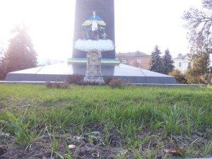 Фото: У Полтаві клумба довкола пам'ятника Героям Небесної Сотні заросла бур'янами: коментар влади