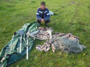 Фото: У Кременчуці чоловік сітками виловив 35 кілограмів риби