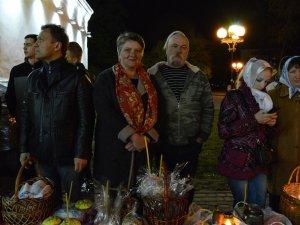 Фото: На Великдень полтавці зібралися на божественну літургію та освятили паски (ФОТО)
