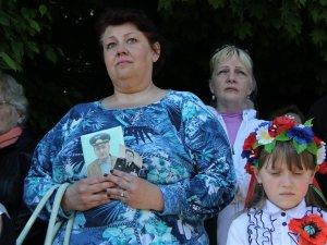 Фото: Полтавці у День перемоги прийшли на покладання квітів із портретами близьких і друзів (ФОТО)