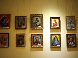 Фото: У Полтаві відкрили виставку вишитих ікон працівників медичної сфери ( фото)