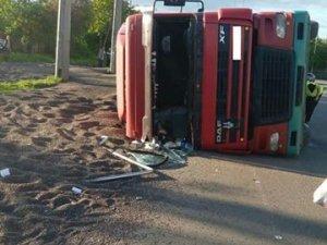 Фото: У Полтаві перекинулася вантажівка із 30 тоннами насіння