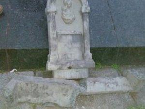 Фото: У Полтаві розбили табличку біля пам'ятника Небесній Сотні (оновлено)