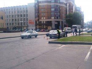 У Полтаві на Жотвневій зіткнулися дві автівки. Фотофакт