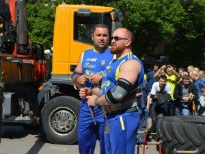 Фото: У Полтаві силачі встановили рекорд України – пронесли 3-тонну карту України (ФОТО)