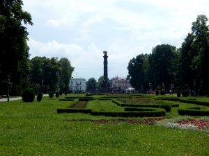 Фото: Активісти пов'язують зникнення символіки з монумента Слави в Полтаві з судом над Марком Чаусом (фото)