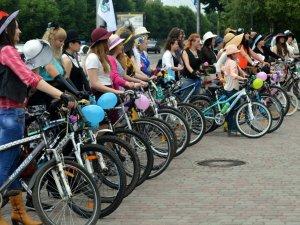 По Полтаві на велосипедах їздили дівчата у сукнях та капелюшках (фото)