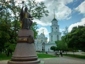 Фото: У Полтаві облили фарбою пам'ятник Мазепі (фото)