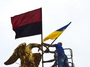 Фото: У Полтаві на монументі Слави відновили патріотичну символіку (ФОТО)