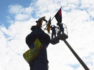 У Полтаві на монументі Слави відновили патріотичну символіку (ФОТО)