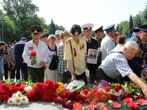 Комуністичний прапор і георгіївська стрічка: у Полтаві вшанували жертв війни (ФОТО)