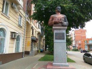 Фото: Пам'ятник Ватутіну у Полтаві відмили від фарби (фотофакт)