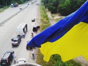 Фото: На в'їздах до Полтави встановили щогли з прапорами України