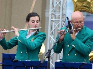 Фото: Мешканців Полтави привітав зі святом оркестр (ФОТО)